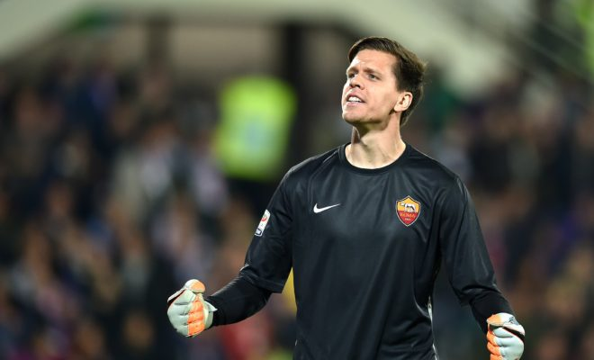 Roma's goalkeeper from Poland Wojciech Szczesny celebrates after teammate Roma's forward from Ivory Coast Gervinho scored during the Italian Serie A football match Fiorentina vs AS Roma on October 25, 2015 at the Artemio Franchi stadium in Florence. AFP PHOTO / ALBERTO PIZZOLI