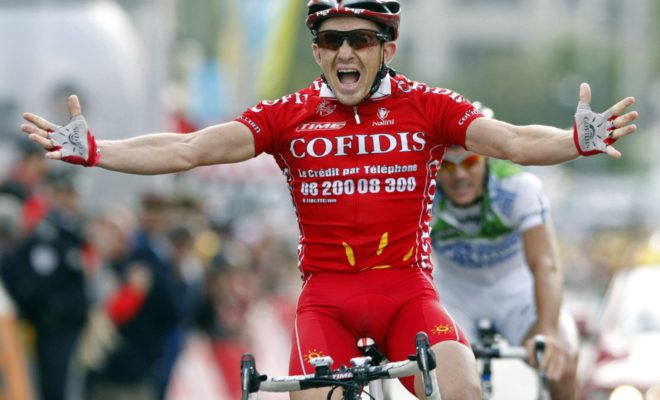 Cofidis team rider Samuel Dumoulin of France holds up his arms as he wins the third stage of the 95th Tour de France cycling race between Saint-Malo and Nantes, July 7, 2008. REUTERS/Thierry Roge  (FRANCE)